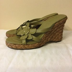 Woven straw and green faux leather wedge heels 9M